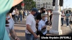 Полицијата ја приведува дописничката за РСЕ од Минск, Александра Динко