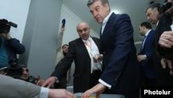 Վարչապետ Կարեն Կարապետյանը քվեարկում է խորհրդարանական ընտրություններում, Երևան, 2-ը ապրիլի, 2017թ․