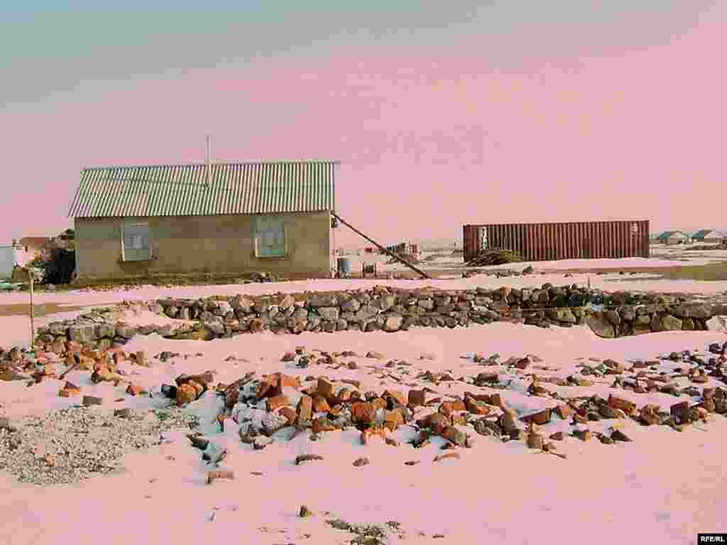 Многие оралманы для закладки фундамента домов использовали просто камни. Власти хотят снести десятки домов в этом селе. - Многие оралманы для закладки фундамента домов использовали просто камни. Власти хотят снести десятки домов в этом селе.