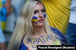 Вболівальниця національної збірної України під час Чемпіонату Європи з футболу. Місто Лілль (Франція), 12 червня 2016 року