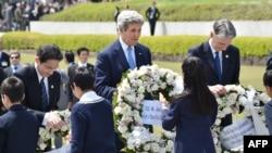 Джон Керри (в центре) министр иностранных дел Японии Фумил Кисида (слева), глава МИД Великобритании Филип Хаммонд возлагают венки в Хиросиме