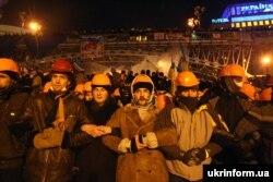 Учасники Революції гідності на захисті барикад, Київ, грудень 2013 року
