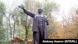 Памятник Ленину, перенесенный на окраину города, на аллею советских памятников. Алматы, 18 октября 2006 года.