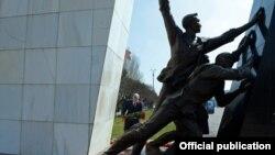 Памятник, посвященный апрельским событиям 2010 года.