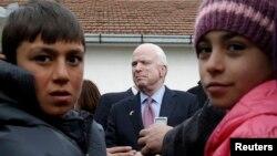Džon Mekejn sa izbjeglicama u Šidu