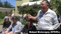 Участники собрания оппозиционных активистов Казахстана (справа налево): Рысбек Сарсенбай, Бахыт Туменова, Жасарал Куанышалин, Гульжан Ергалиева. Алматы, 12 июля 2013 года.