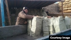 Семья казахов в Монголии, получившая уголь, закупленный на средства казахской диаспоры во Франции.