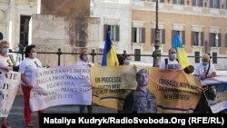 Серед учасників –кілька десятків представників української громади, батьки засудженого солдата, дипломати таіталійський правозахисник