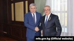 Главы МИД Узбекистана и Кыргызстана Абдулазиз Камилов (справа) и Эрлан Абдылдаев.