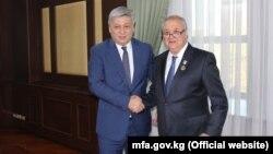 Министры иностранных дел Кыргызстана и Узбекистана Эрлан Абдылдаев и Абдулазиз Камилов. Ташкент, 8 ноября 2017 года.