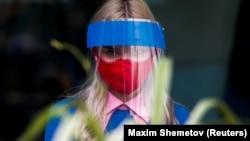 Співробітниця ресторану в Москві в захисній масці, липень 2020 року