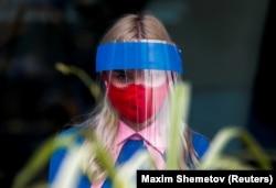 Сотрудница одного из ресторанов в Москве в средствах индивидуальной защиты