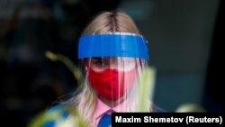 په مسکو کې د ریسټورنټ يوې کارکوونې ماسک اغوستی