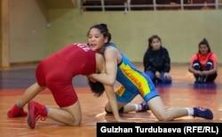 Калмира Билимбекова (в синей форме) во время финальной схватки.