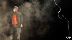 Спасатель на развалинах в турецком городе Ван