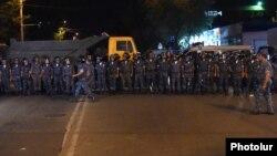 Ոստիկանական պատնեշը Խորենացի փողոցում, 24-ը հուլիսի, 2016թ.