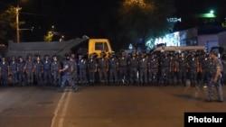 Силовики біля захопленої будівлі поліції у Єревані, Вірменія, 18 липня 2016 року