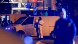 Ofițeri de poliție în anchetă pe străzile cartierului Molenbeek