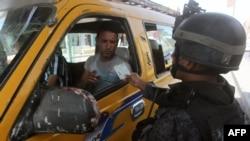 У Багдаді запровадили посилені заходи безпеки і перевірки документів задля пошуку втеклих в'язнів, 23 липня 2013 року