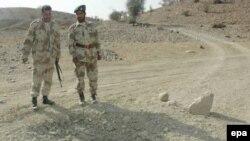 Повстанцы-белуджи действуют традиционными партизанскими способами. Солдаты пакистанской армии осматривают место взрыва мины