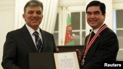 Türkiýäniň prezidenti Abdullah Gül (çepde) we Türkmenistanyň prezidenti Gurbanguly Berdimuhamedow. Ankara, Türkiýe. 29-njy fewral, 2012 ý.