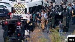 Турэцкая паліцыя арыштоўвае салдатаў на плошчы Таксім у Стамбуле