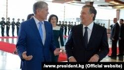 Kyrgyz President Almazbek Atambaev (left) and his Uzbek counterpart, Shavkat Mirziyoev, talk in Bishkek on September 5.