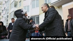 Сергій Аксьонов вручає ключі від квартири, 10 грудня 2016 року
