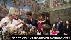 Папа римский Франциск совершает обряд крещения в Сикстинской капелле