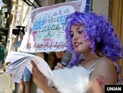 Активісти під час театралізованої акції «Артистів-рашистів – за поребрик» в рамках кампанії «Бойкот російського кіно» біля будівлі Міністерства культури України. Київ, 8 липня 2015 року