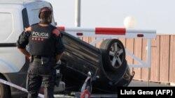 Поліцейський стоїть біля автомобіля, що був використаний у нападі в каталонському місті Камбрілсі, Іспанія, 18 серпня 2017 року