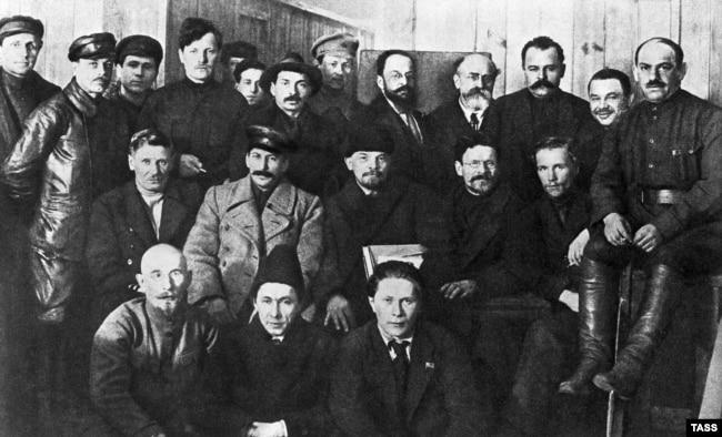 В центре (слева направо): Иосиф Сталин, Владимир Ленин и Михаил Калинин, 1919 год