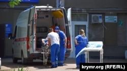 В автомобиле «скорой помощи» пациентку привезли в первую горбольницу