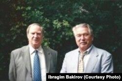 Ч. Айтматов окумуштуу-физик С. Капица менен. Брюссел.
