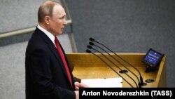 Vladimir Putin Dövlət Dumasında çıxış edərkən