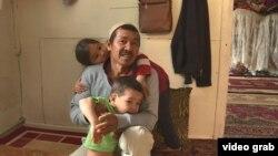 Ауғанстаннан Қазақстанға көшіп келген Имам Әлі Тұрап балаларымен бірге. Қаскелең, Алматы облысы, 5 маусым 2020 жыл.