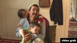 Ауғанстаннан атамекенге көшіп келген қазақ Имам Әлі Тұрап балаларымен бірге. Қаскелең, Алматы облысы, 5 маусым 2020 жыл.