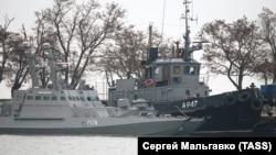 Украинские корабли, пришвартованные на стоянке судов «Генмол в центре Керчи на территории, контролируемой Погранслужбой ФСБ России