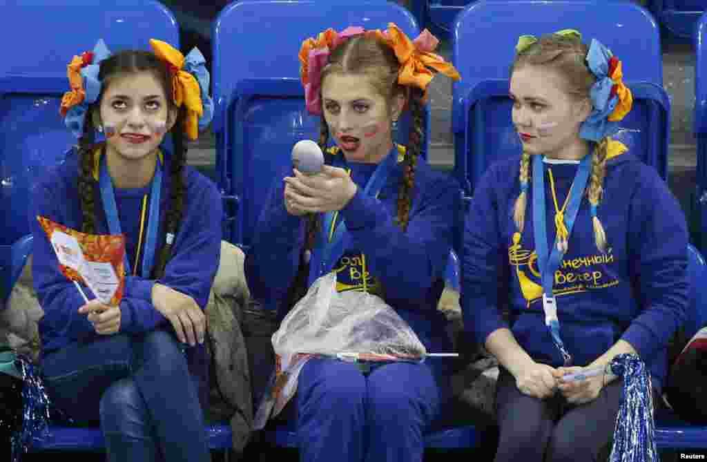 Глядачі на трибунах перед хокейним матчем між Росією і Німеччиною