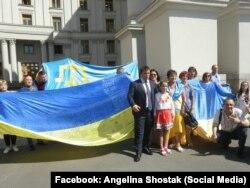 Глава МЗС Павло Клімкін із учасниками акції