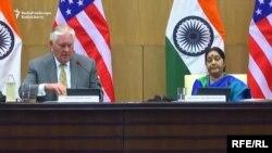 د امریکا بهرنیو چارو وزیر رېکس ټېلرسن د هند بهرنیو چارو وزیر سوشمیتا سواراج سره د لیدو مهال. ۲۵م اکتوبر ۲۰۱۷