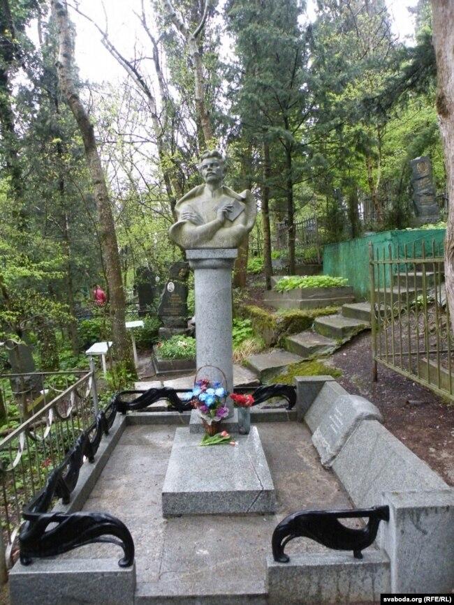 Магіла Максіма Багдановіча ў Ялце