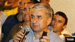 Отвечая молодым дипломатам и студентам, Рауль Хаджимба сказал о том, что МИД Абхазии ведет активную работу по расширению списка стран, признавших Абхазию. Он сообщил о том, что в этом направлении ведется активная работа