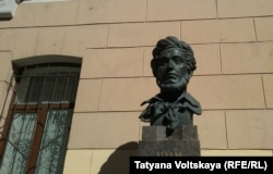 Бюст Адама Мицкевича перед зданием школы
