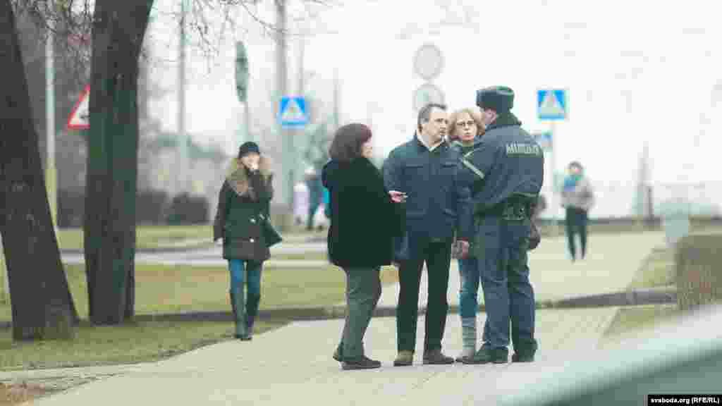 Анатоль Лябедзька размаўляе зь міліцыянтам
