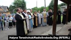 Поки перед дверима церкви триває греко-католицька служба...