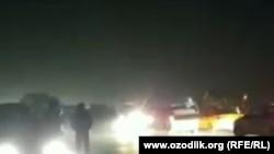 Андижанцы перекрыли дорогу, протестуя против отсутствия газа и света. Кадр из видео.