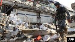 Irak - Një oficer policor inspekton vendin ku ka shpërthyer një bombë