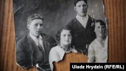 Yauheniya (ortada) dostları ilə birlikdə