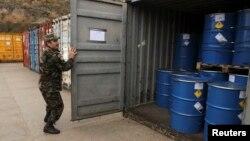 Քիմիական թափոններով տարաներ Ալբանիայի ռազմակայաններից մեկում, արխիվ